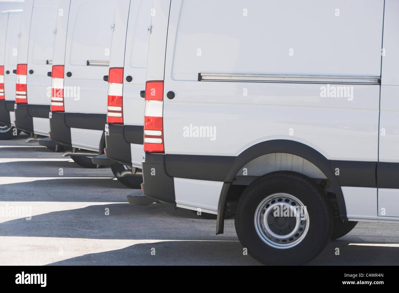 USA, Florida, Miami, weiße Lastwagen nebeneinander geparkt Stockbild