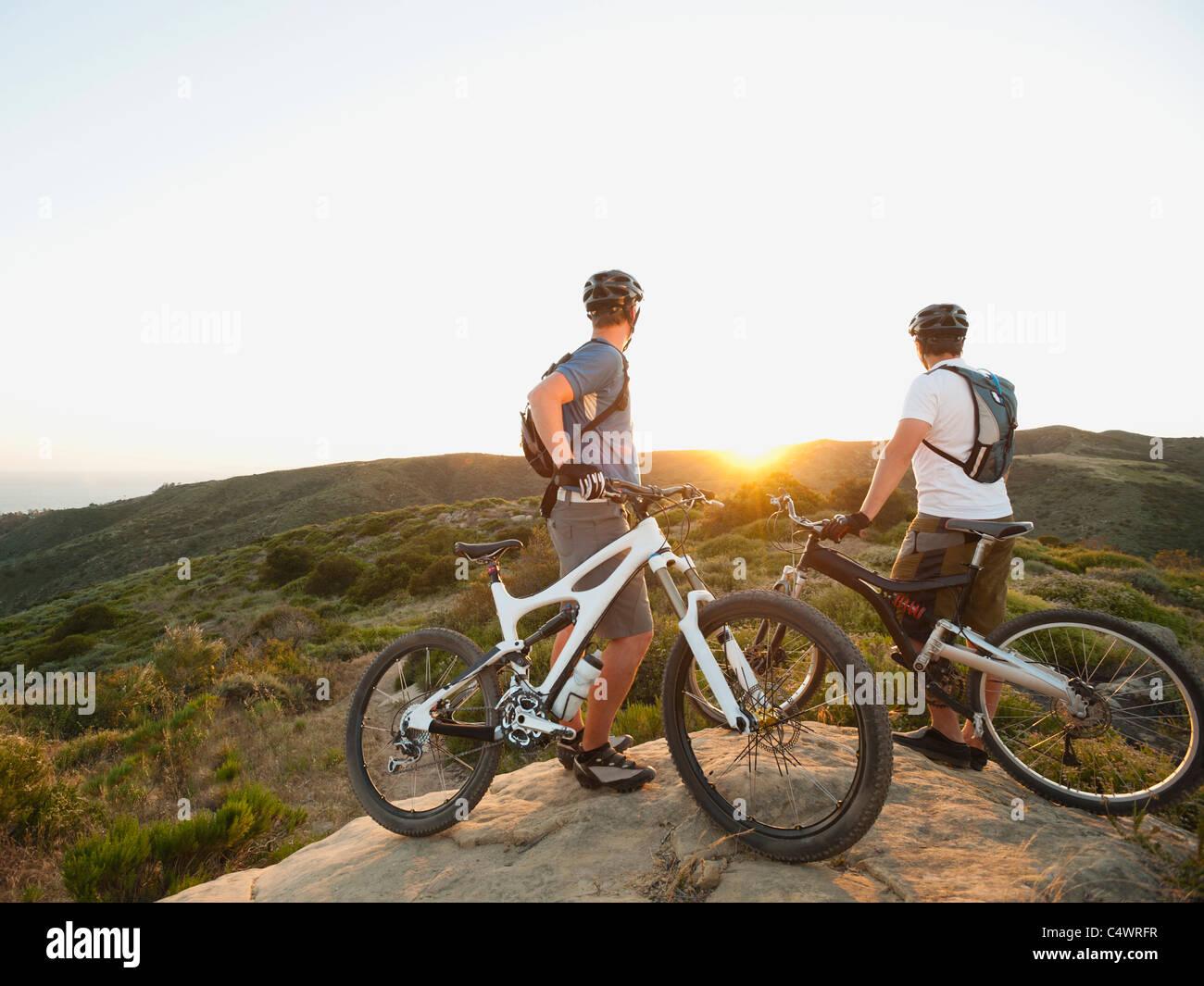 USA, California, Laguna Beach, zwei Biker am Hügel mit Blick auf den Blick Stockbild