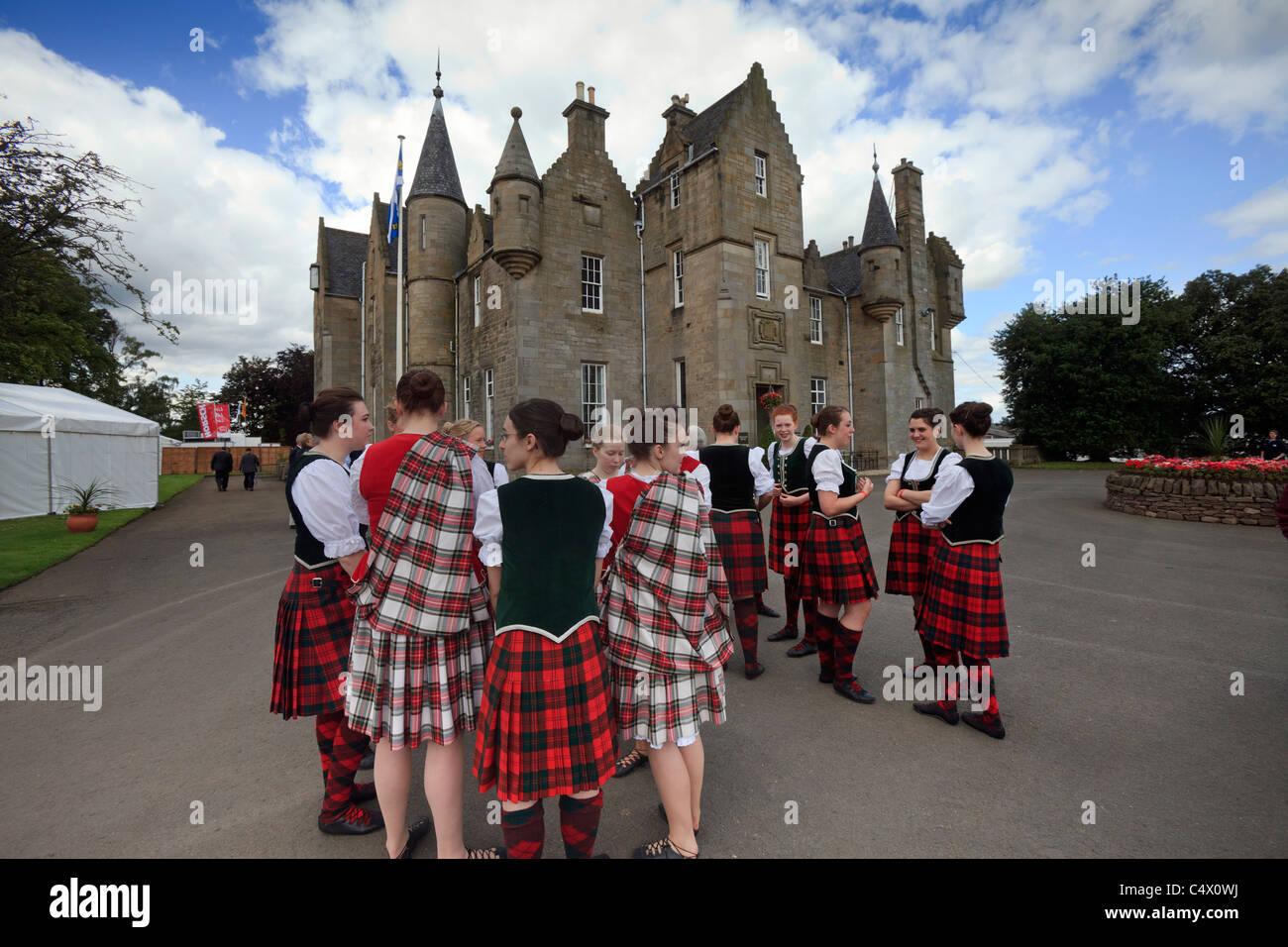 Schottische Landtänzer montieren vor der RHASS-zentrale im Royal Highland Show, Ingliston, Edinburgh Stockbild