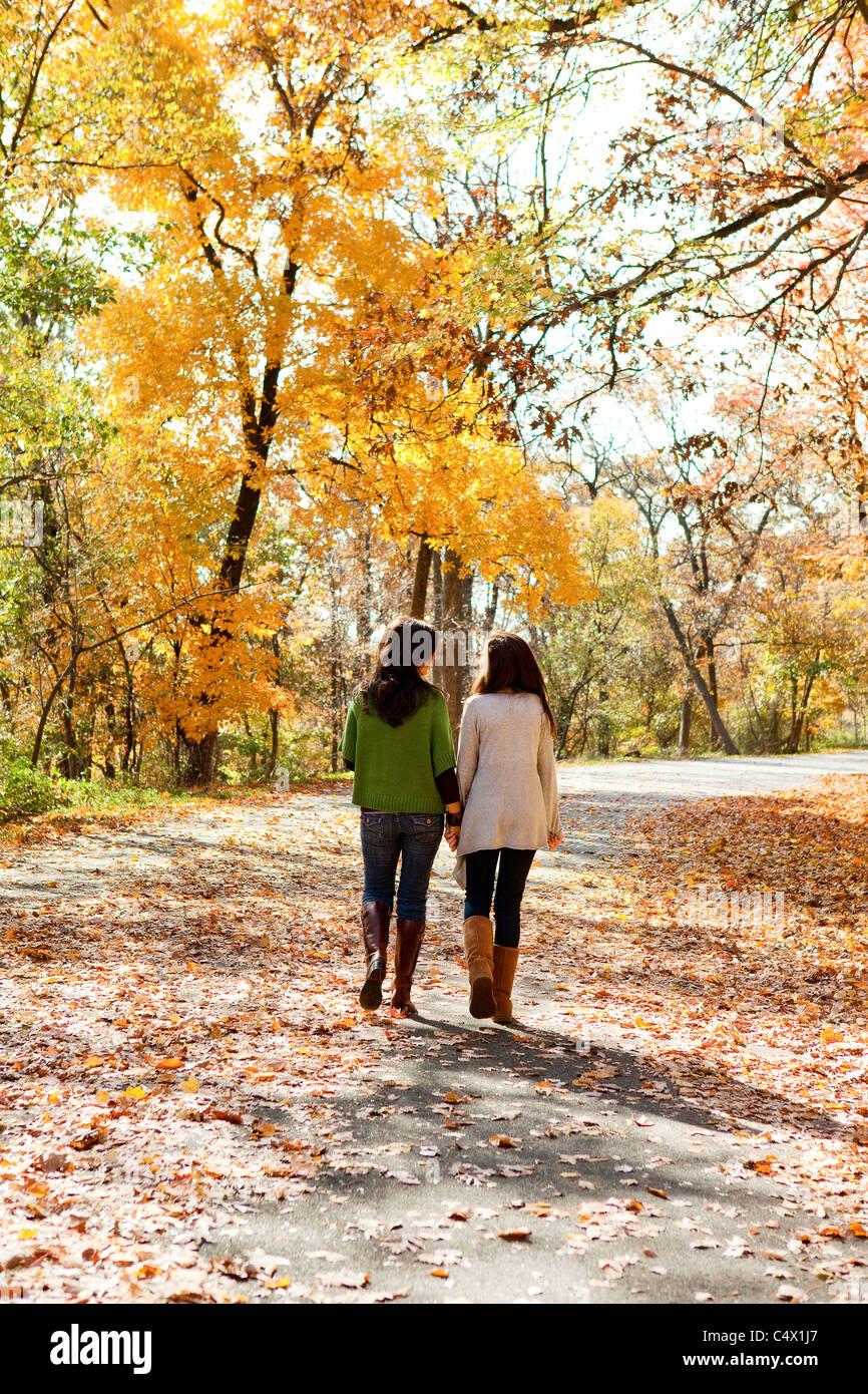 Mutter und Tochter bei einem Spaziergang Stockbild