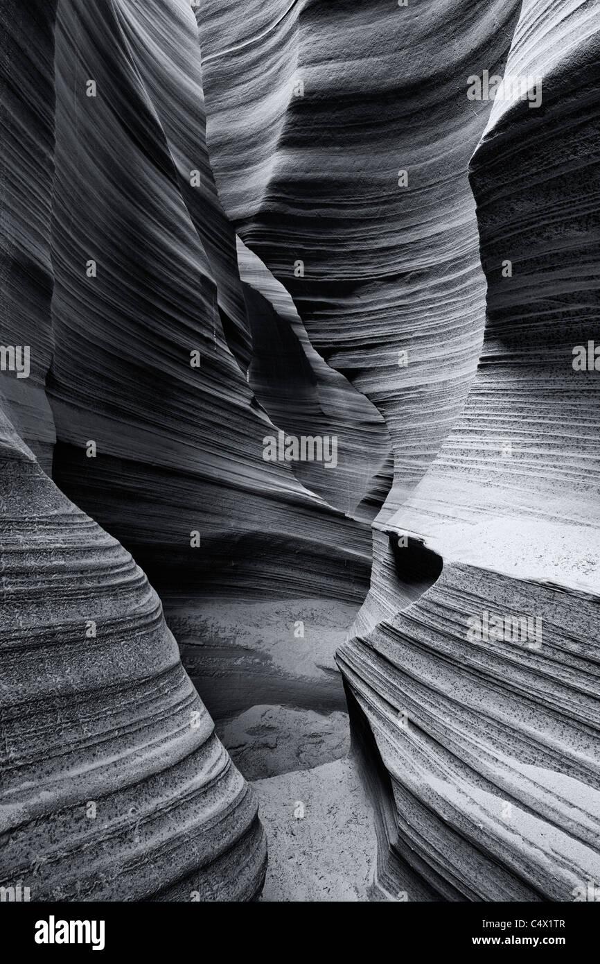 Streaming Sonnenlicht Highlights sculpted Muster in Sandsteinwände durch Hochwasser und Bodenerosion durch Stockbild
