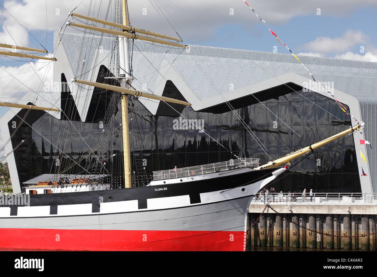 Riverside Museum für Verkehr und Reisen und der Großsegler Glenlee am River Clyde, Glasgow, Schottland, Stockbild