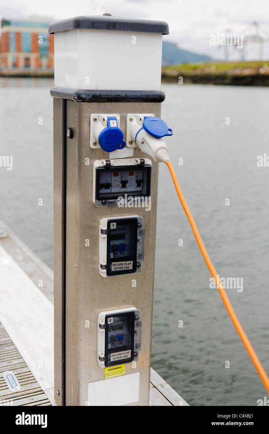 Stromversorgung in einer marina Stockbild