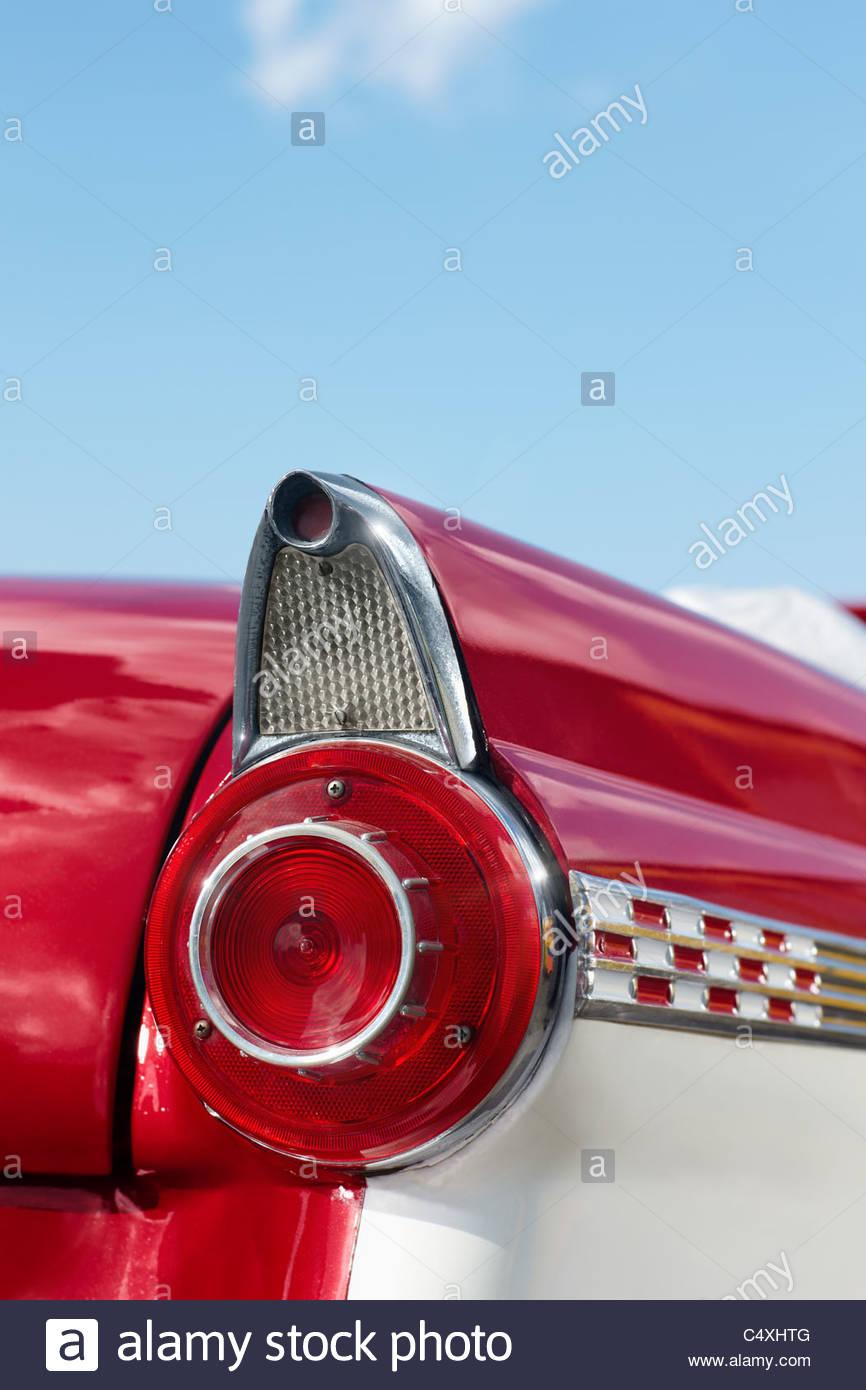 Nahaufnahme der 1960er Jahre roten Cabrio in Kuba. Vertikale Form, Textfreiraum Stockbild