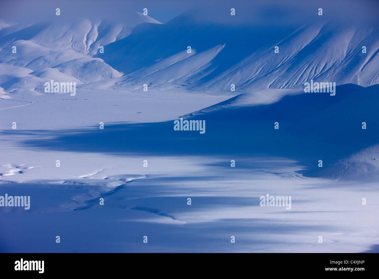 das Piano Grande im Winter, Nationalpark Monti Sibillini, Umbrien, ItalienStockfoto