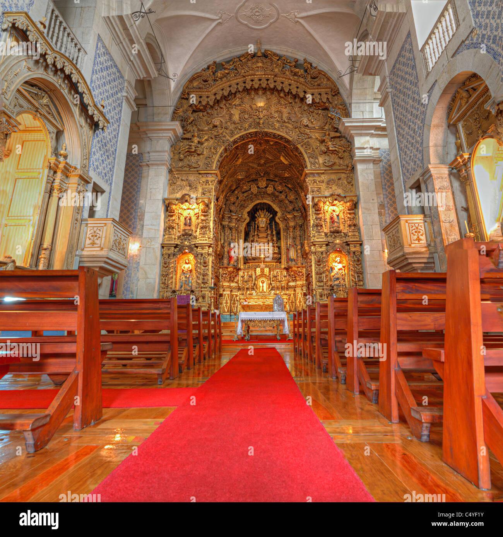 portugiesische katholische Kirche mit Holzbänken Azulejos Fliesen, Innenraum, aufwendigen goldenen Altar und Stockbild
