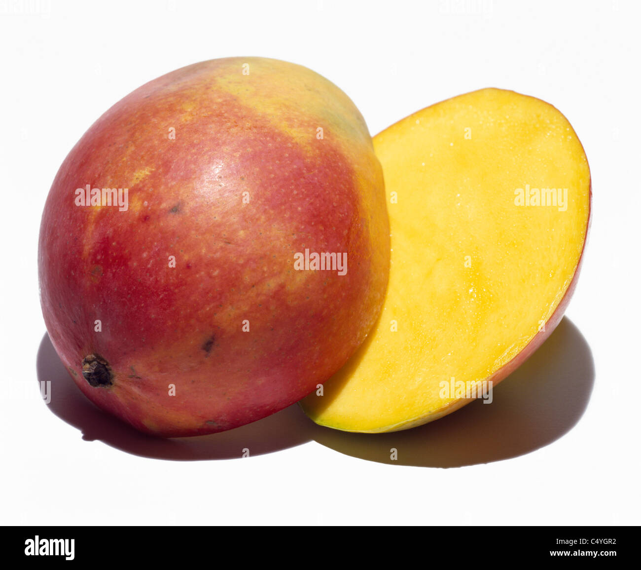 eine mango frucht halbieren auf wei em hintergrund stockfoto bild 37485254 alamy. Black Bedroom Furniture Sets. Home Design Ideas