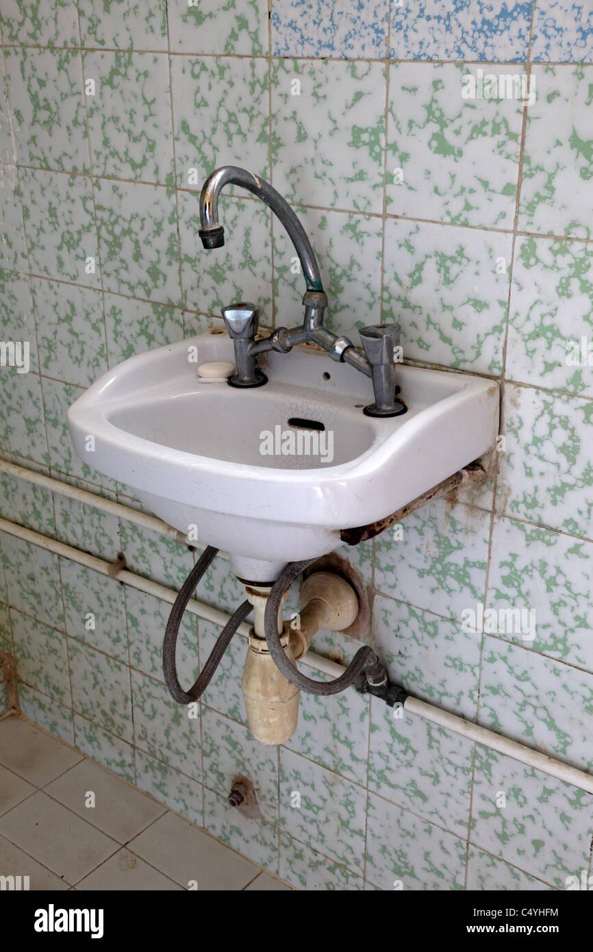 Waschbecken Im Badezimmer Von Einem Günstigen Hotelzimmer Stockfoto