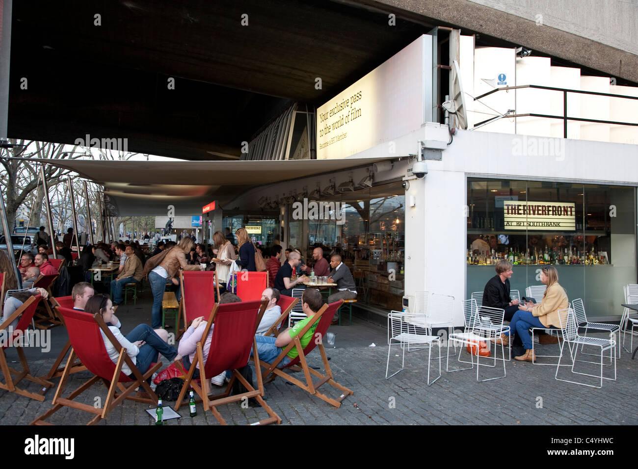 Flussufer-Bar an der British Film Institute - BFI, South Bank, London, England, UK Stockbild