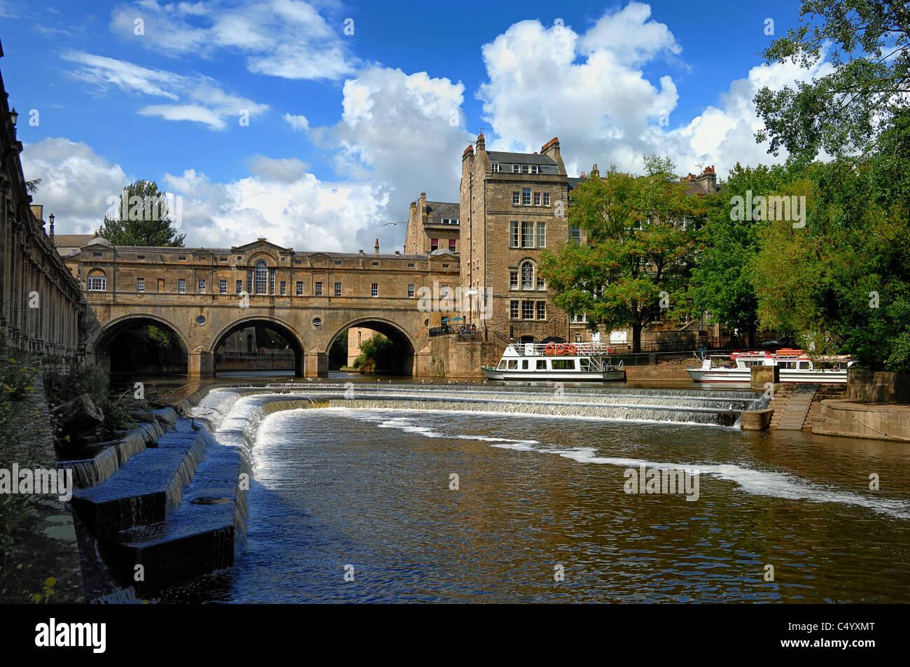 Das Wehr am Fluss Avon und Poultney Brücke in die Stadt Bath in Somerset Stockbild