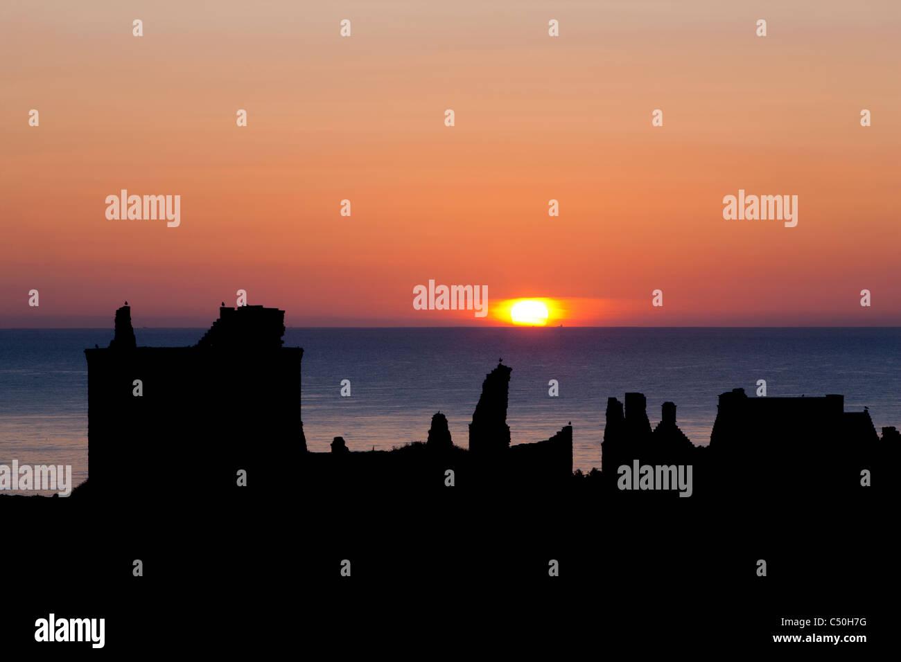 Sonnenaufgang mit den Silhouetten von Dunnottar Castle, in der Nähe von Stonehaven, Aberdeenshire, Schottland Stockbild