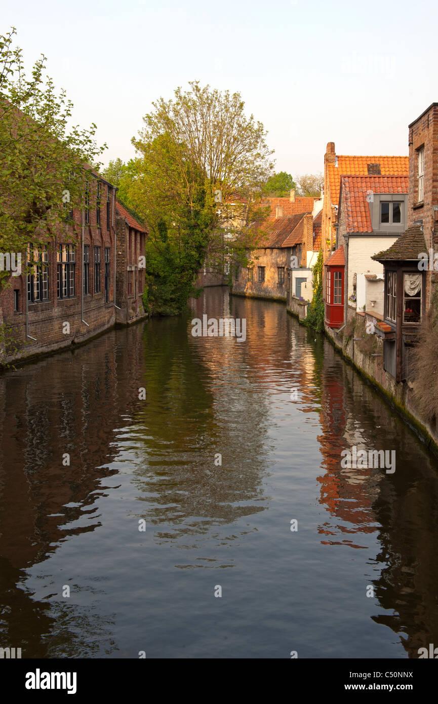 Gebäude, die Reflexion im Wasser, historische Zentrum von Brügge, Belgien Stockbild