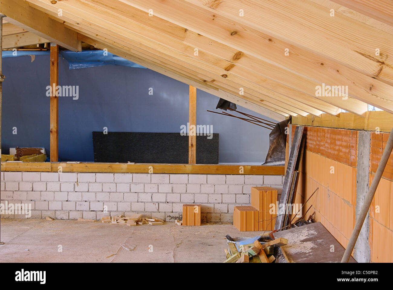 dachstuhl ausbauen - dachstuhl rekonstruieren 08 stockfoto, bild