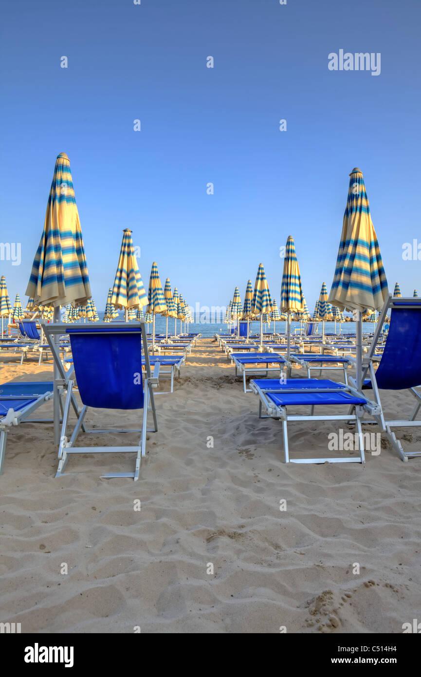 Schirme der Strände auf den Strand von Arma di Taggia in Ligurien an der Mittelmeerküste Stockbild