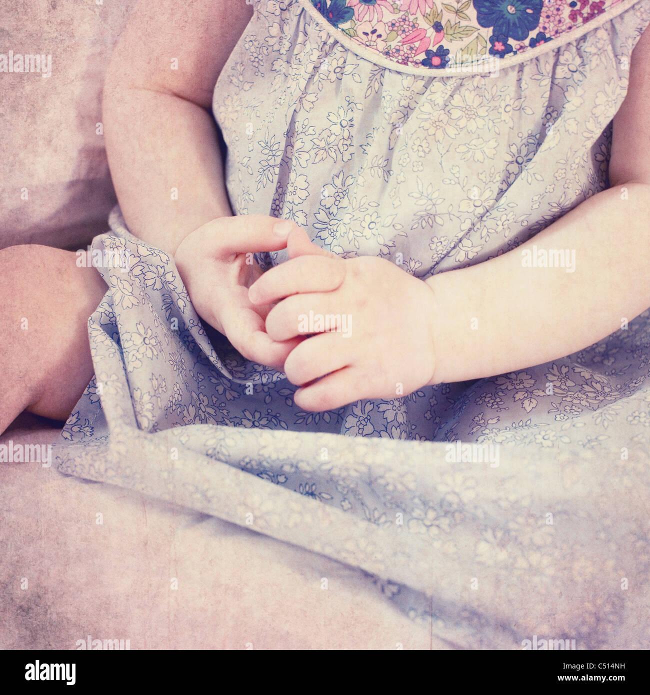 Baby Girl es Arme, beschnitten Stockbild