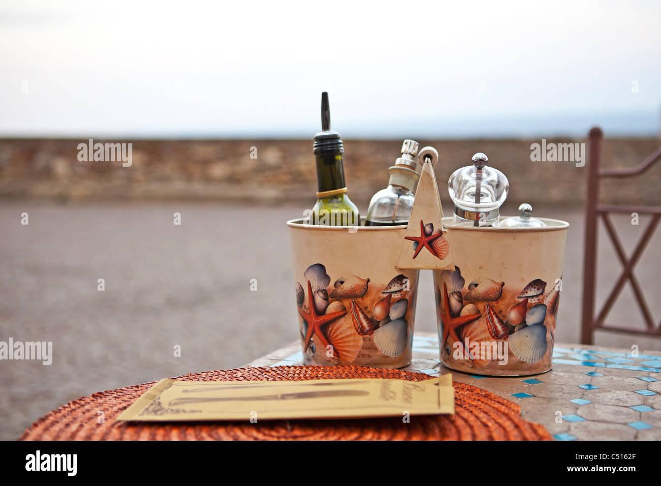 Gedeckten Tisch in Cervo, Ligurien, mit Blick auf das Mittelmeer Stockbild