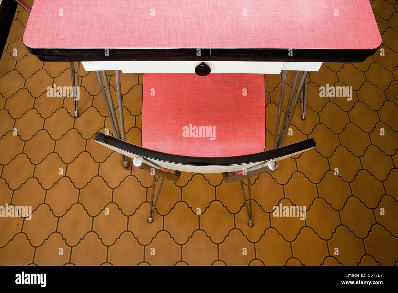 Leerer Stuhl am Tisch, Draufsicht Stockbild