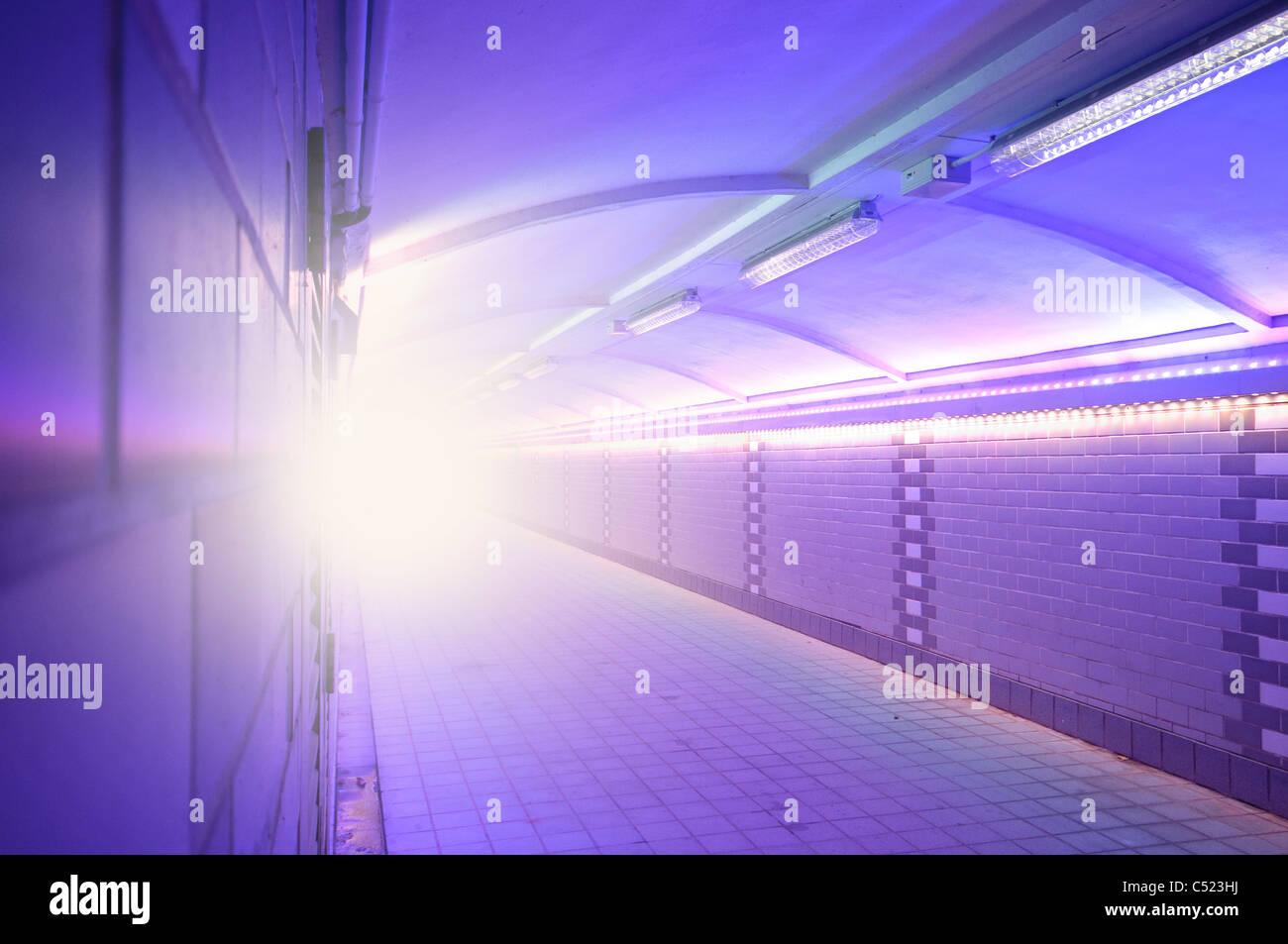 Symbolisches Bild, das Licht am Ende des Tunnels Stockbild