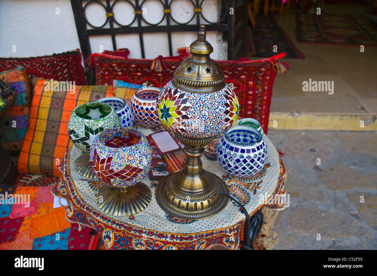 Mosaik glas kerzenhalter und lampe in einem souvenirladen entlang