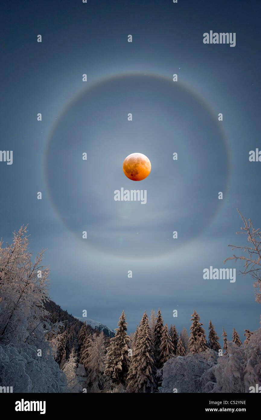 Blick auf eine perfekte Halo umfasst des Monds während einer seltenen Winter Mondfinsternis am 20. Dezember Stockbild