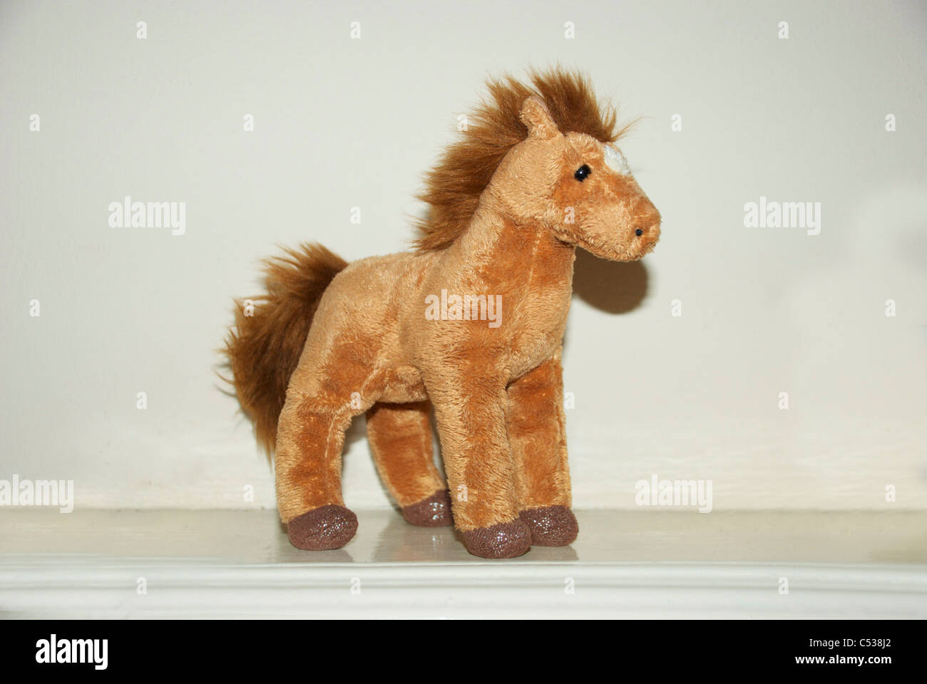 braune pferd spielzeug auf weißem hintergrund, braune pferd teddy