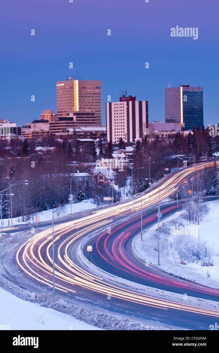 Verkehr fährt vom Zentrum von Anchorage und frühen Abend entlang Minnesota Blvd., Yunan Alaska, Winter Stockbild