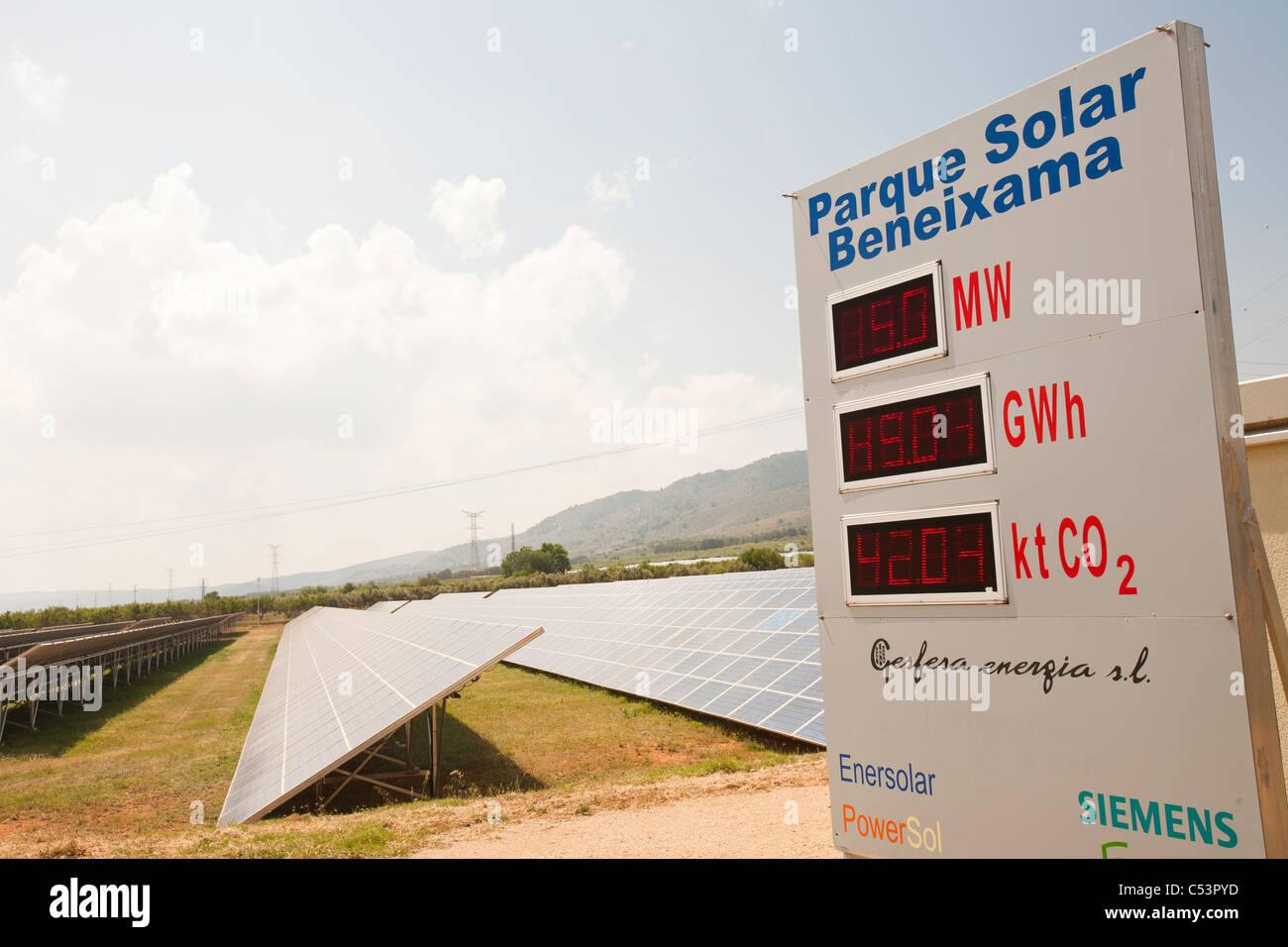 Photovoltaik-Module in Beneixama Solarkraftwerk, Beneixama, Mercia, Spanien. Stockbild