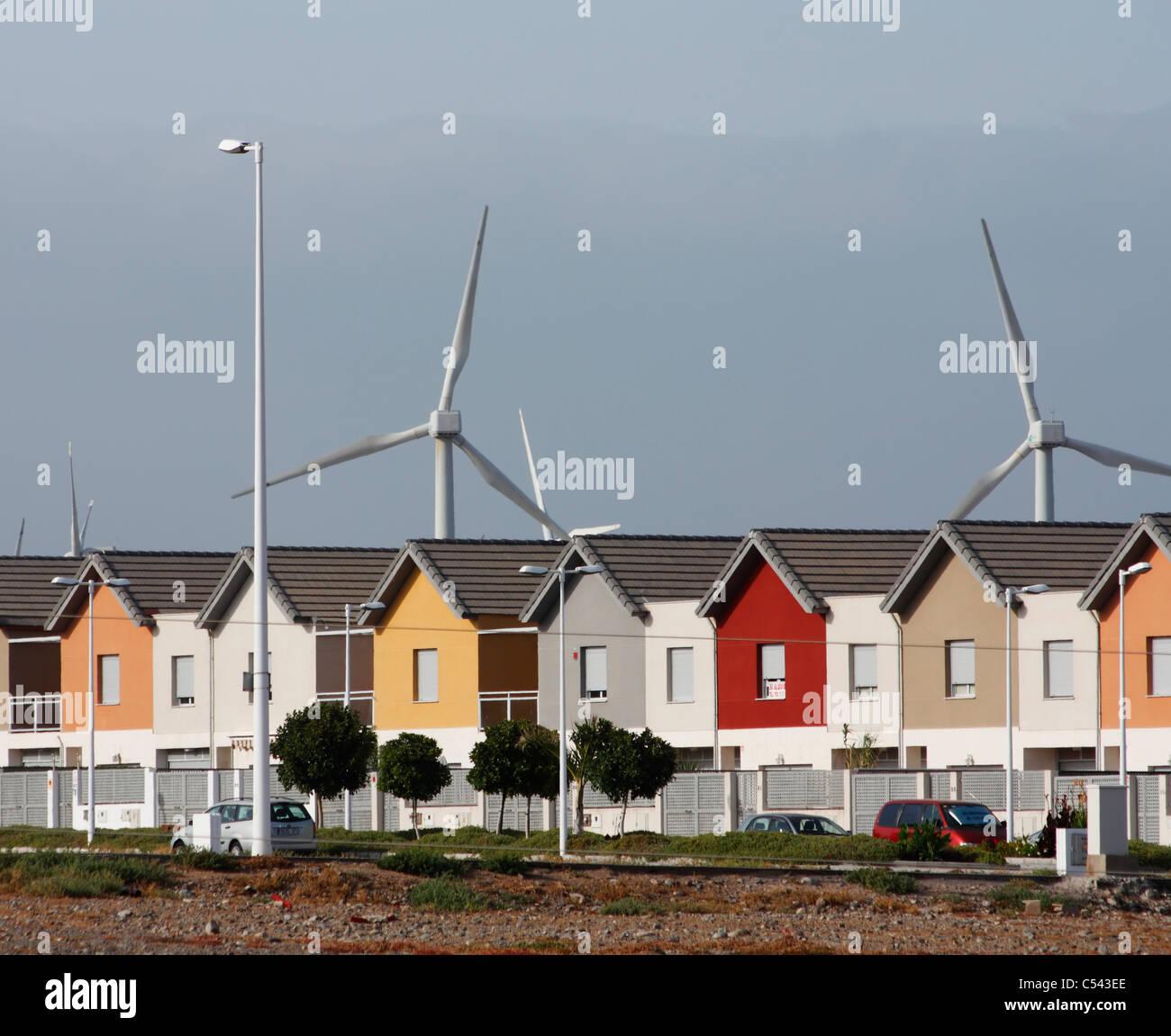 Reihe Von Neuen Häusern In Der Nähe Von Windkraftanlagen Auf Gran Canaria