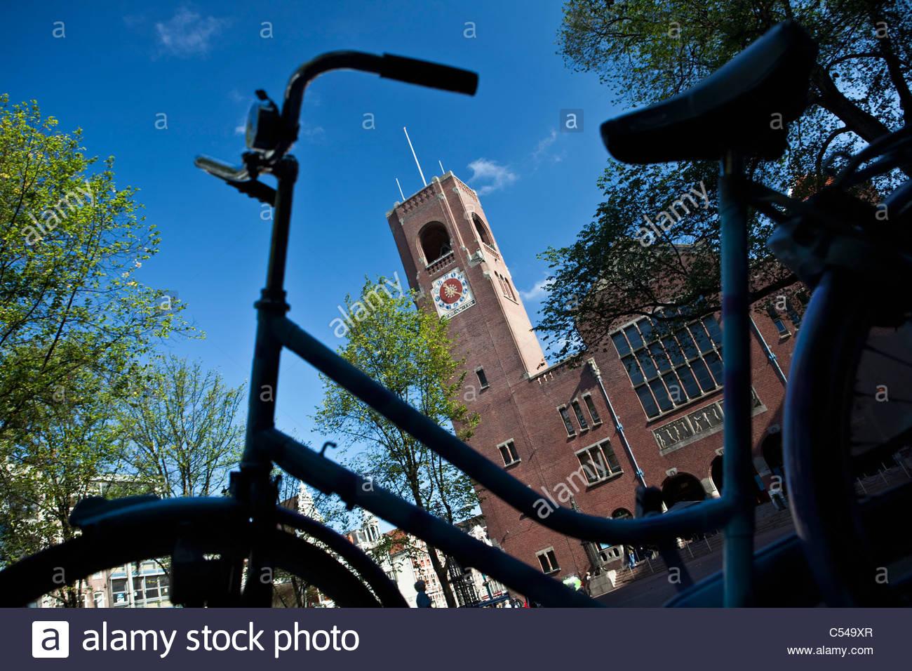 Die Niederlande, Amsterdam, ehemalige Börsengebäude genannten Beurs van Berlage. Fahrrad Stockbild