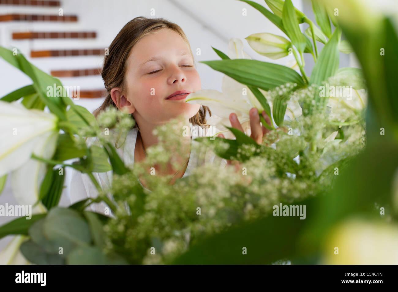 Niedliche Mädchen riechen den Duft der Blätter Stockbild