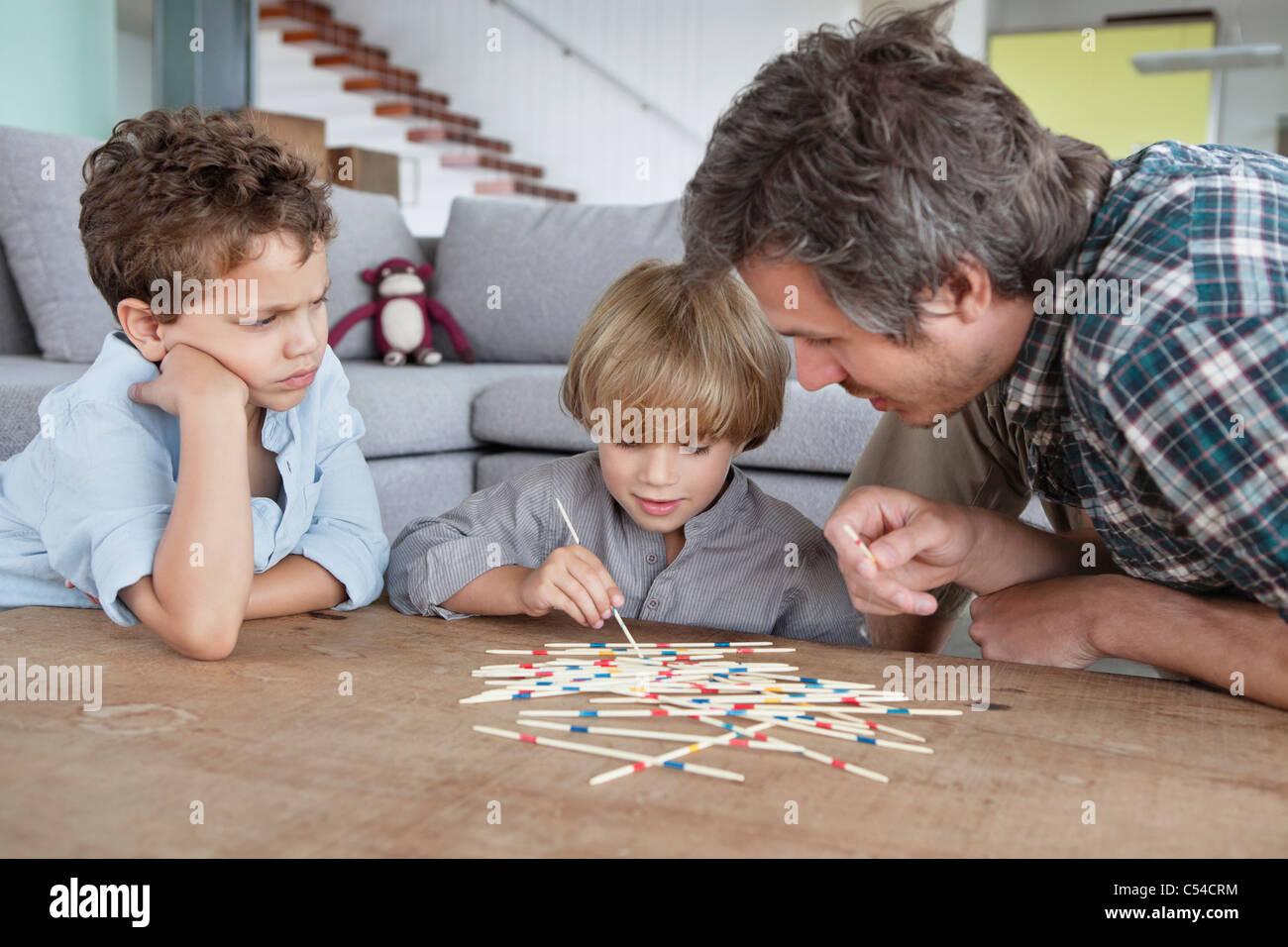 Mann spielen holen Stöcke mit seinen Söhnen Stockfoto