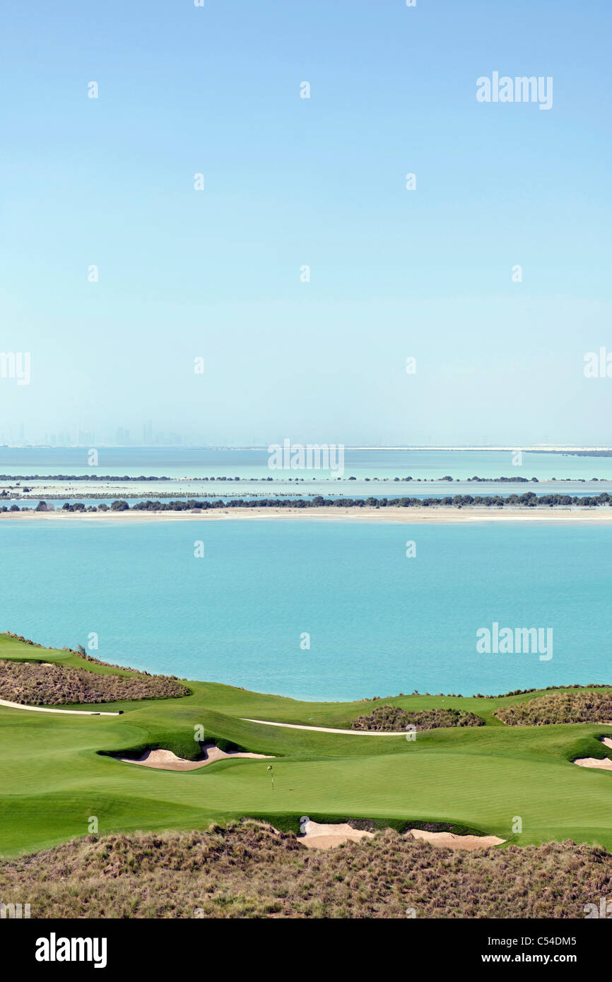 Yas Links-Golfplatz auf der Insel Yas, Skyline von Abu Dhabi auf der Rückseite, Abu Dhabi, Vereinigte Arabische Stockbild