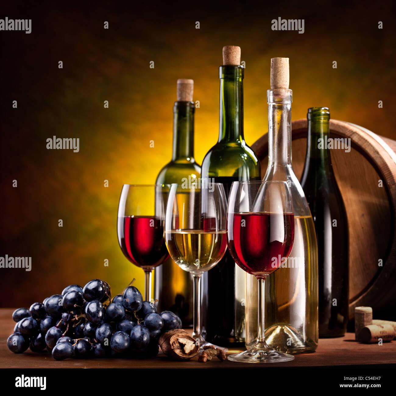 Stillleben mit Flaschen Wein, Gläser und Barriques. Stockbild