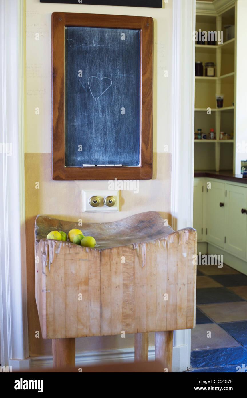 Details von Blackboard mit Früchten gehalten auf Holzständer Stockbild