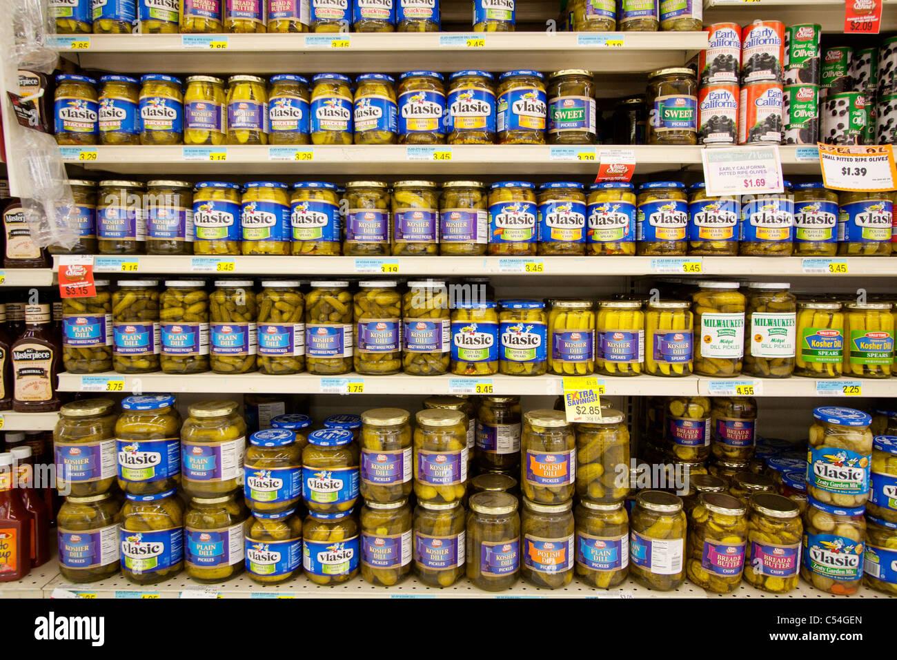 Gurken für Verkauf in einem Lebensmittelgeschäft in Kearney, Nebraska. Stockbild