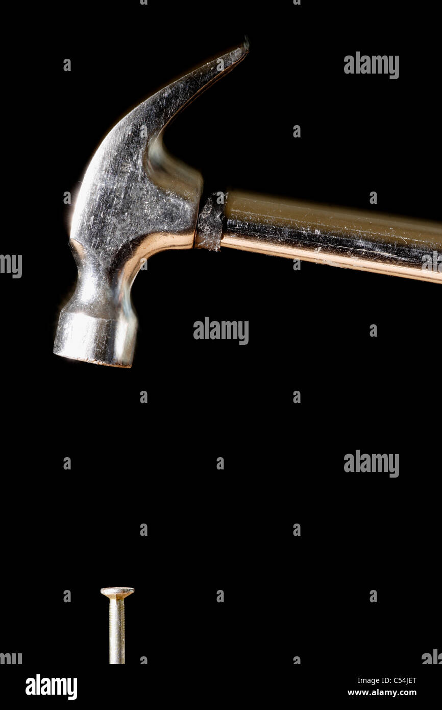 Zimmermanns Hammer balanciert, um Nagel schlagen. Stockbild