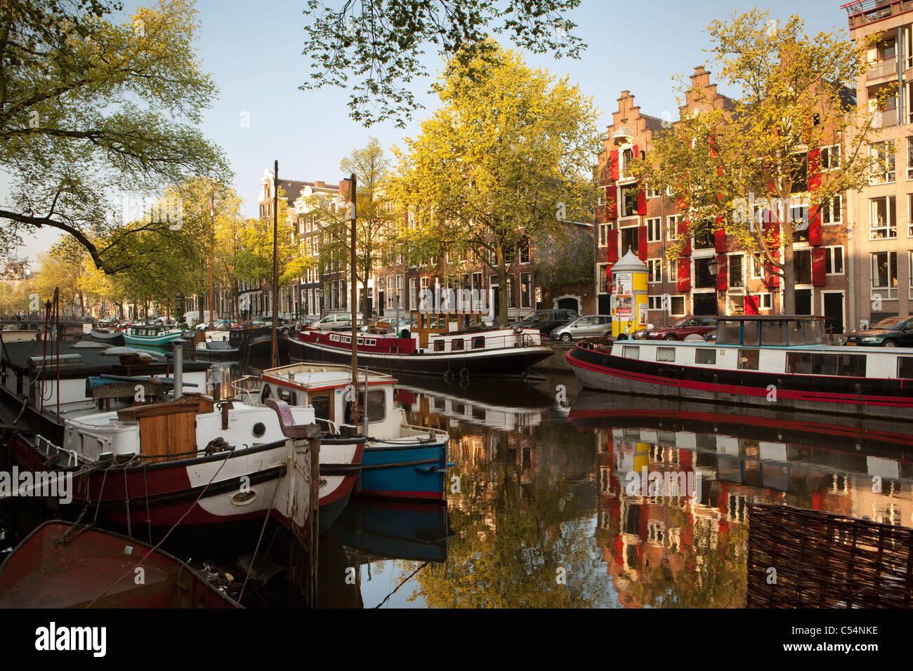 Niederlande, Amsterdam, 17. Jahrhundert beherbergt und Hausboote am Kanal namens Keizersgracht. UNESCO-Weltkulturerbe. Stockbild
