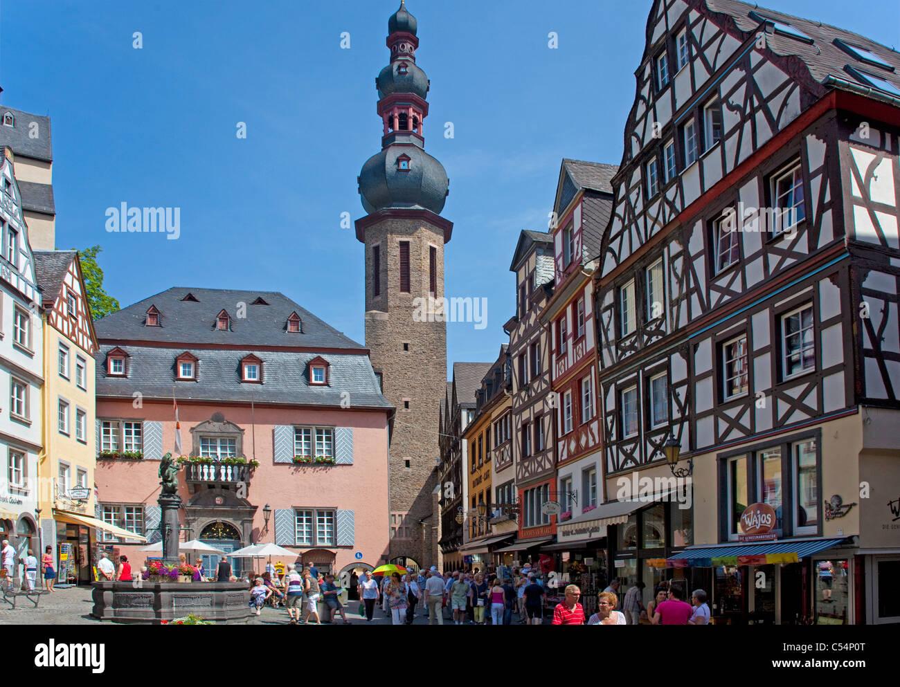 Marktplatz Mit Historischem Brunnen, Sankt Martin Kirche, Marktplatz, Brunnen, Kirche Saint-Martin, Altstadt Stockbild