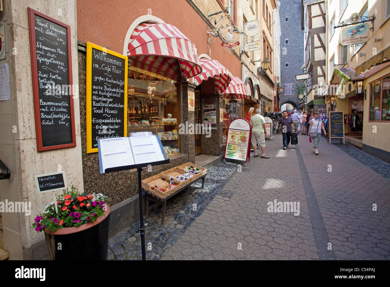 Geschaefte in Einer Gasse Im Historischen Stadtkern, Cochem, kleine Gasse mit Geschäften in der alten Stadt, Stockbild