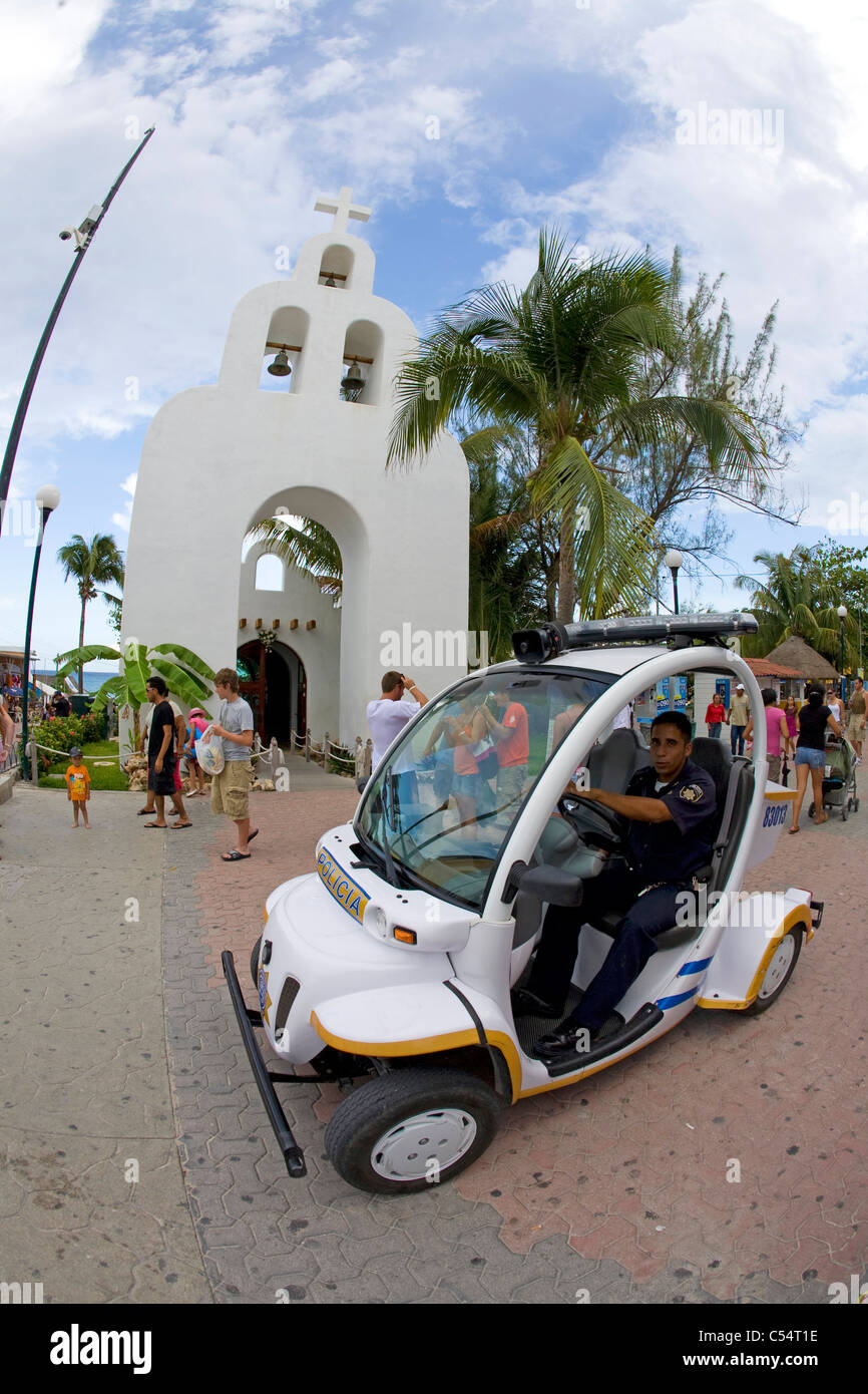 Elektro-Polizeiauto in der Fussgaengerzone, elektrische Polizeiauto in der Fußgängerzone Stockbild
