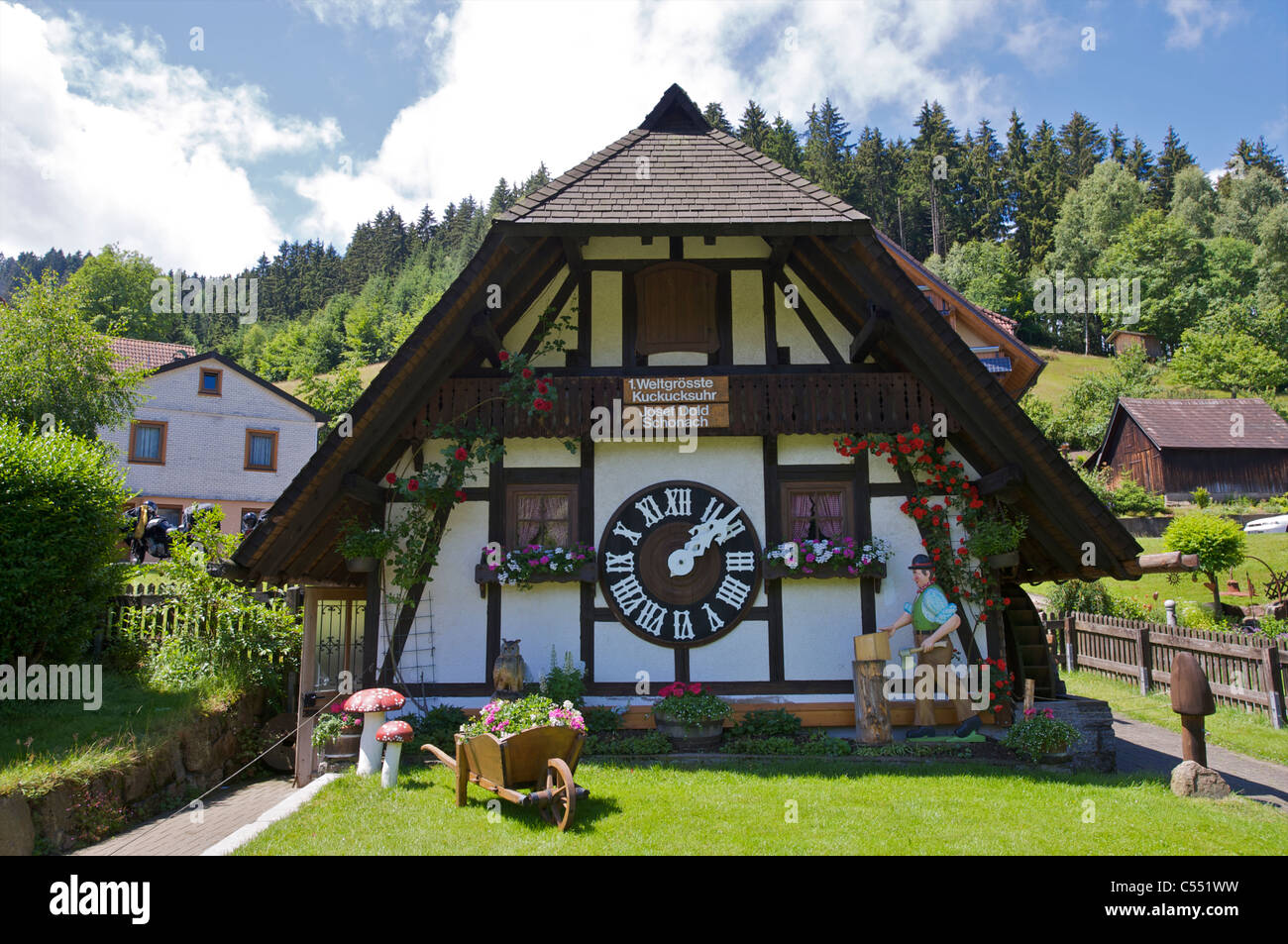 weltweit gr te kuckucksuhr in schonach im schwarzwald baden w rttemberg deutschland stockfoto. Black Bedroom Furniture Sets. Home Design Ideas