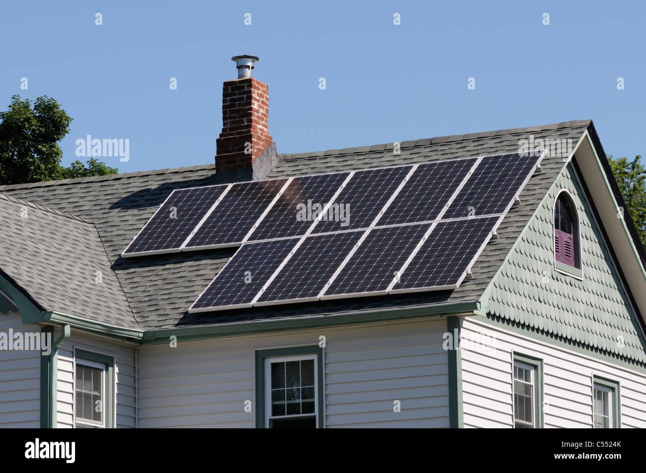 Photovoltaik-Solarzellen am Dach des Hauses Stockbild