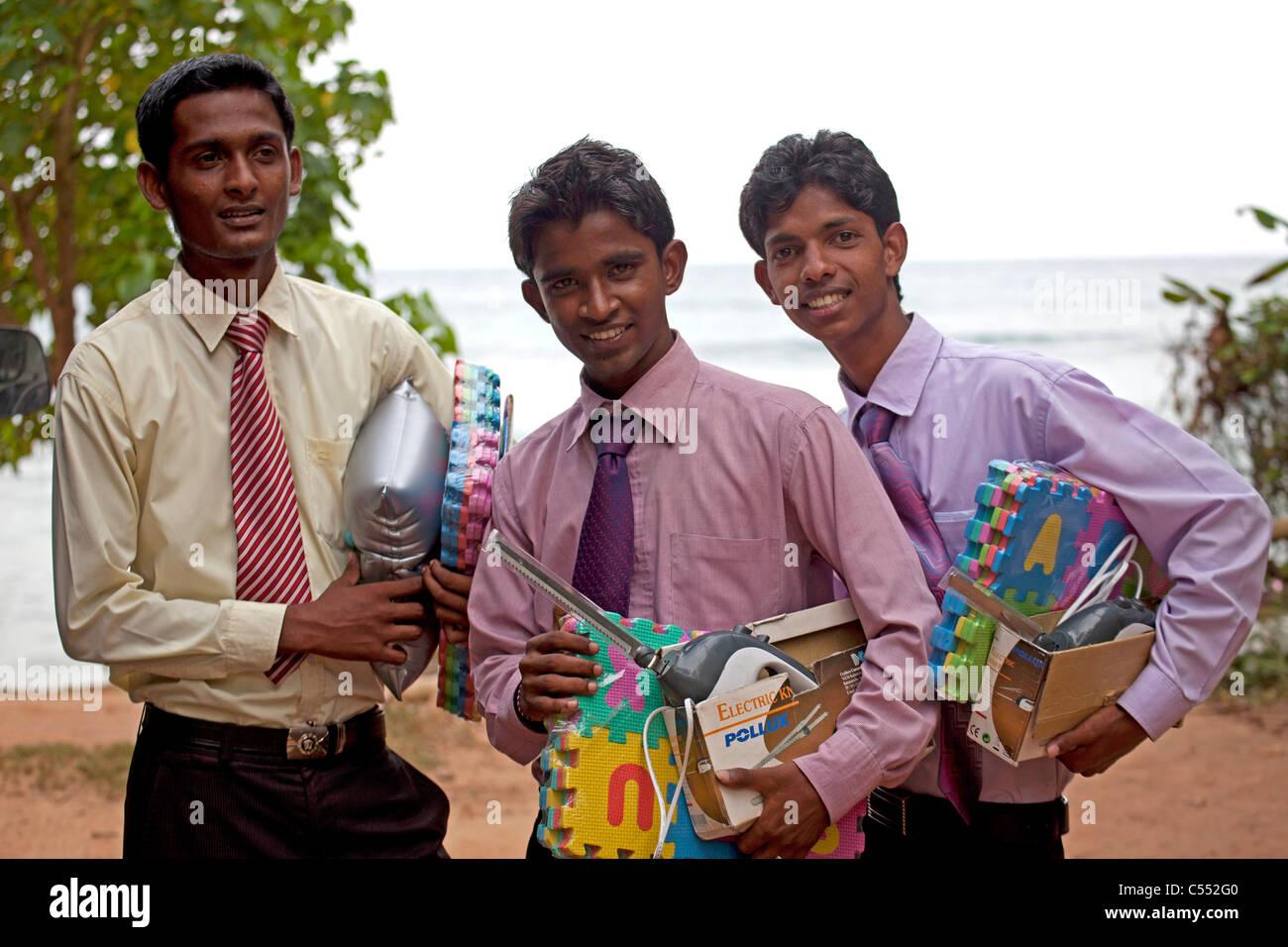 drei Verkäufer für elektrische Messer und Spielzeug Mirissa, Sri Lanka Stockbild