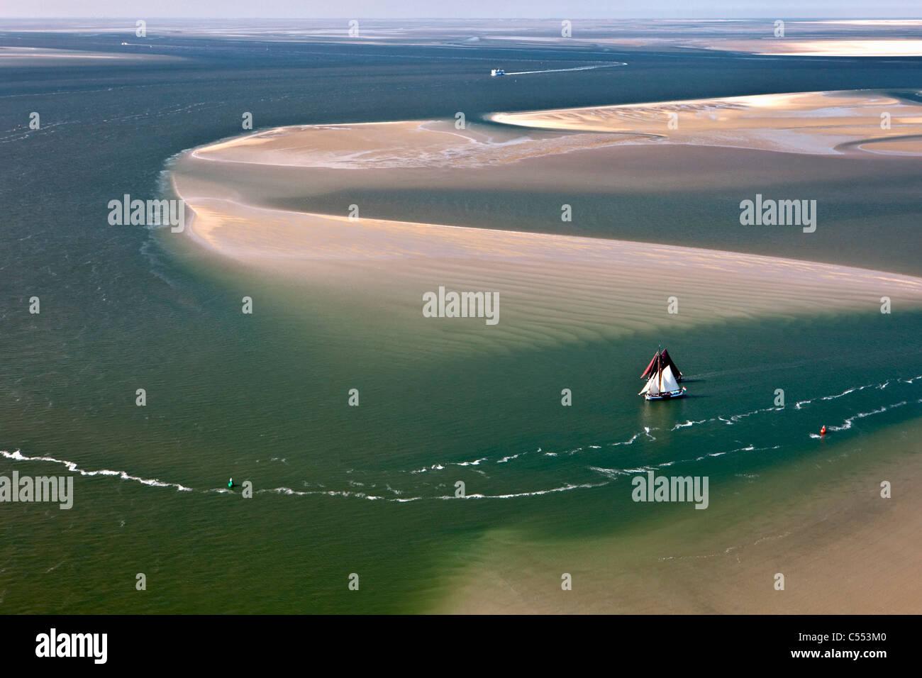 Holland, Insel Terschelling, Wattenmeer. UNESCO-Weltkulturerbe. Luft. Herkömmliche Frachtschiffe Segeln Kreuzfahrten Stockbild