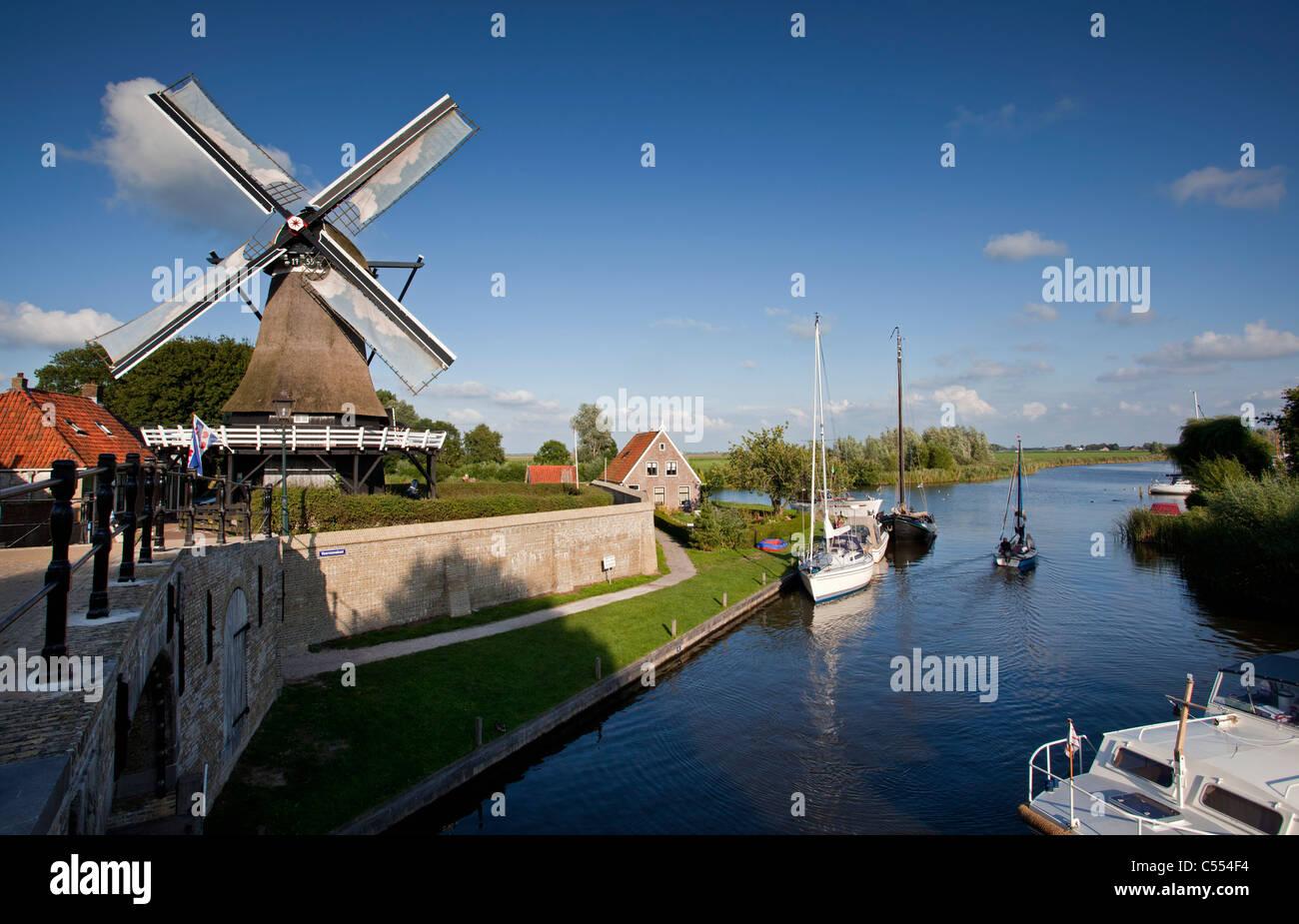 Niederlande, Sloten, Yachten und Windmühle. Stockbild