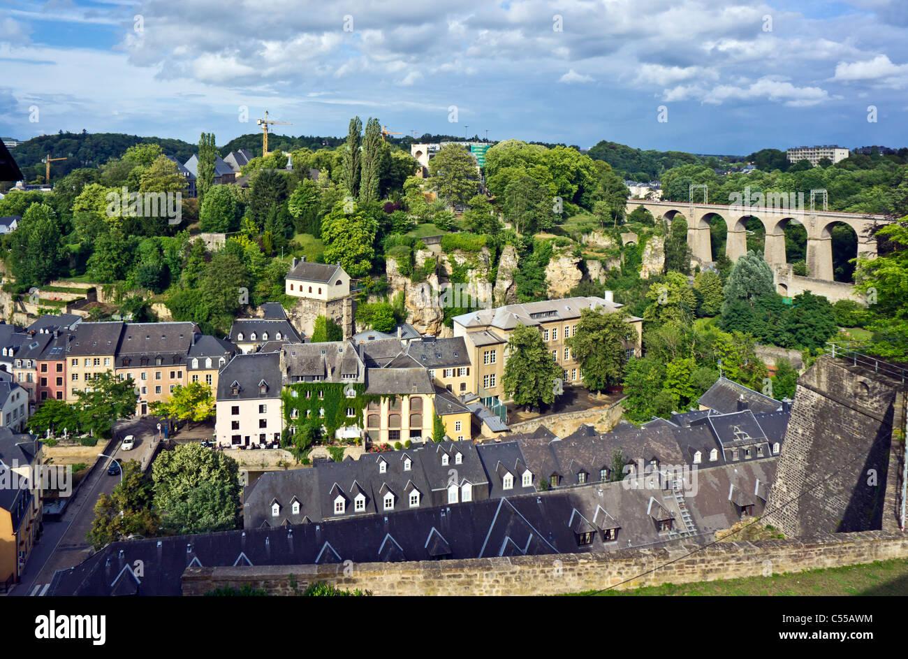 Blick Richtung Eisenbahn Brücke Kreuzung Fluss Alzette in Luxemburg-Stadt Stockbild