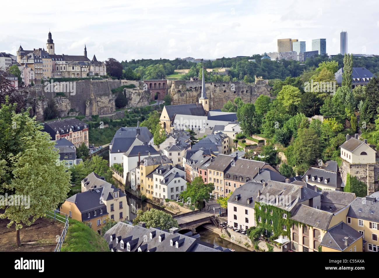 Blick über Montee du Grund Uewerstad Stadt Luxemburg Luxemburg mit Munster Brücke unten in der Mitte & Stockbild