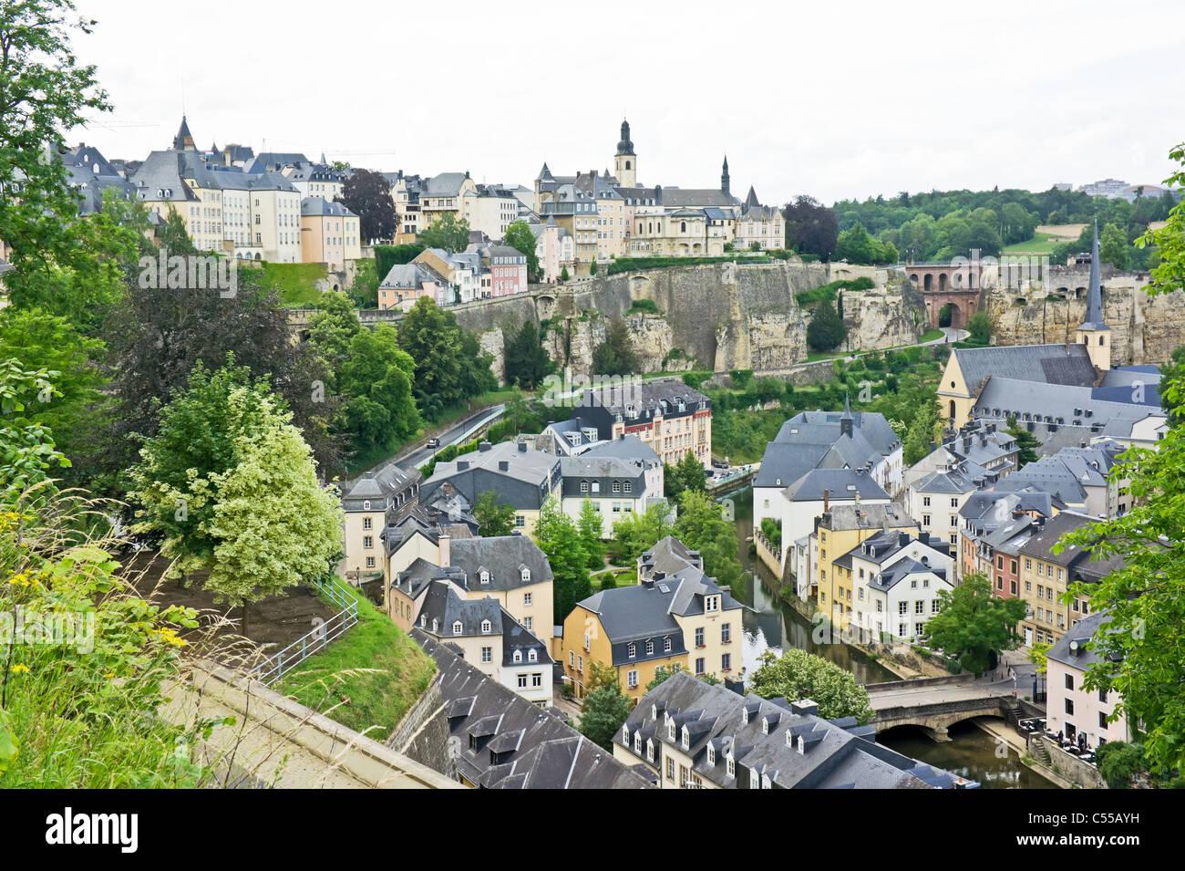 Blick über Montee du Grund Uewerstad Stadt Luxemburg Luxemburg mit Munster Brücke unten rechts & Abb. Stockbild