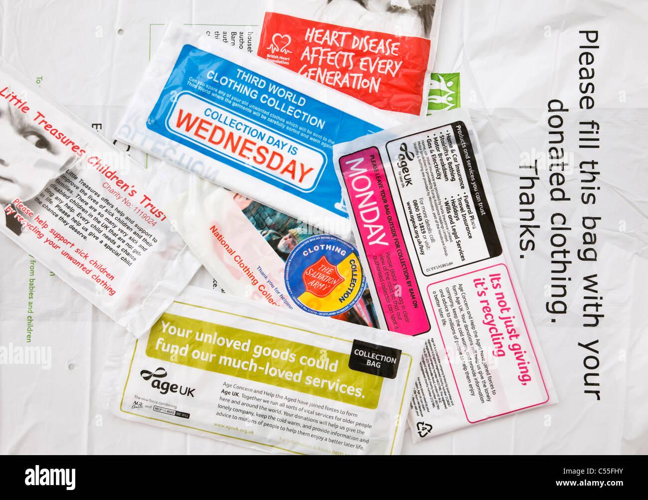 Charity Kollektion Taschen für die Spende von Kleidung zu verschiedenen Nächstenliebe. England Großbritannien, Stockbild