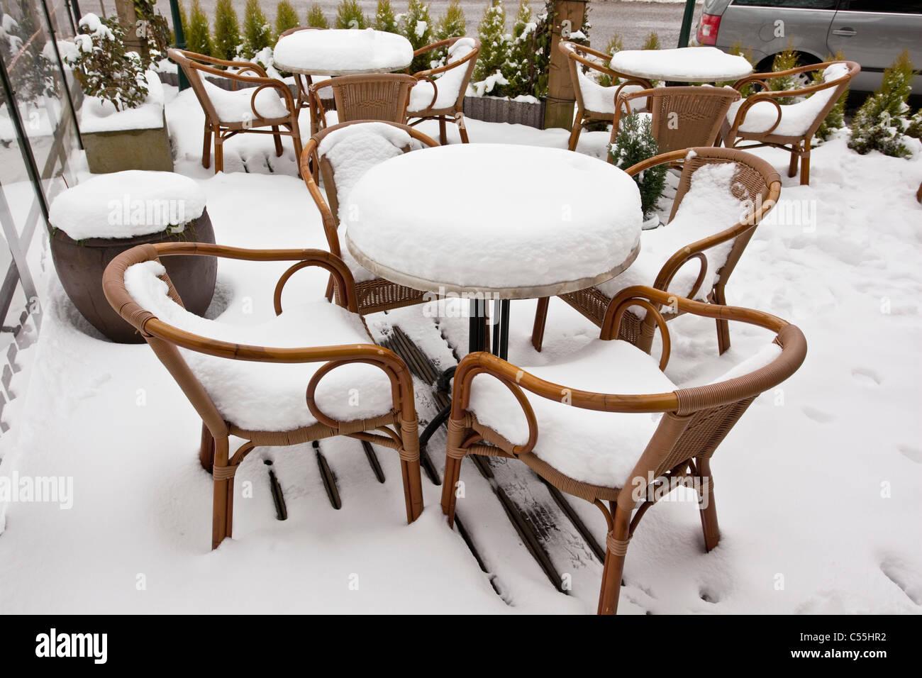 Niederlande, Slenaken, Stühle von outdoor-Café, mit Schnee bedeckt. Stockbild